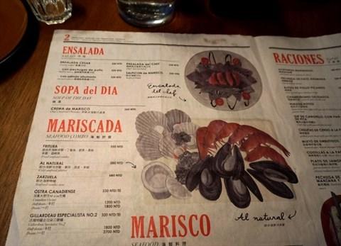 0 红砖墙上的黑板 手绘菜单很有味道 0 桌上放的menu 设计成像是小报