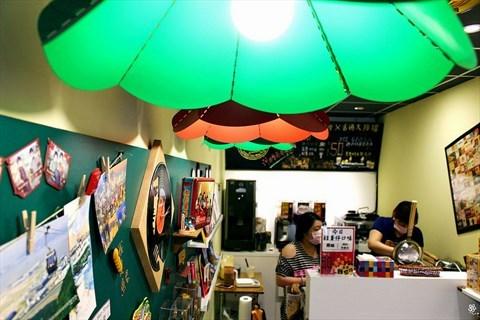 打造复古  一块充满香港店家招牌的布帘,正挂在闪闪发光的大排档冰室