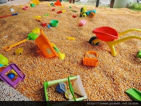 0 就是这座~最受孩子们欢迎的 室内玉米坑 !