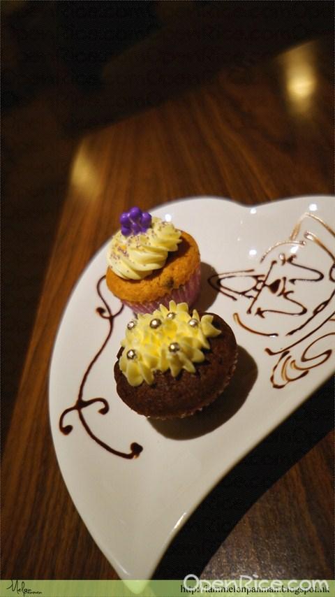 藍莓味及朱古力味杯子蛋糕