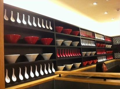 每一間一風堂的裝潢都很類似;主要以大大的燈籠、紅白湯碗、湯杓做裝飾.