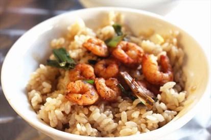蝦仁飯的主角蝦子選用新鮮的火燒蝦 伴隨著呼之欲出的米飯香氣 垂涎欲滴的醬汁讓人光吃飯配醬汁就能吃上好幾碗