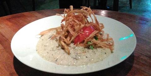 造型好特別 ,上面的脆脆條很好吃 ,有整隻軟殼蟹 po在燉飯上面 ,燉飯濃濃的奶油蘑菇味 yummy😝