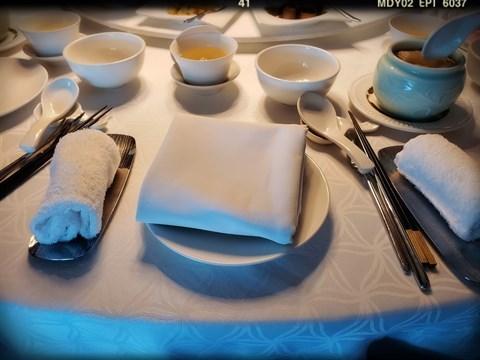 餐桌上餐具齊備