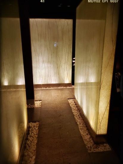 走廊通道嘅石徑設計和風味濃